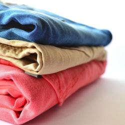 LAVAGGIO IN ACQUA--Per gli indumenti composti da cotone, come camicie, jeans, magliette e capi in sintetico che necessitano la pulizia di sporco consistente e resistente al lavaggio a secco. Grazie alla presenza di grosse lavatrici, siamo in grado di lavare ogni tipo e grandezza di trapunte e piumoni, sia sintetici sia di piuma.