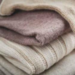 LAVAGGIO A SECCO--Per tutti gli indumenti di lana e delicati, che non sopportano il contatto con l'acqua. Il solvente utilizzato è sempre fresco e limpido, grazie alla tecnologia a distillo continuo e filtraggio di tipo ecologico, senza fanghi di celite o altre sostanze chimiche.